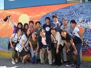 2010ドミニカ(記念壁画の前で集合写真).jpg