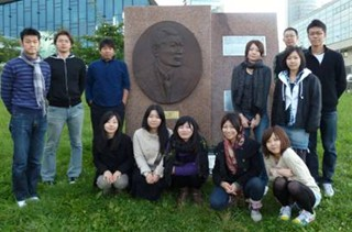 2010リトアニア(杉原千畝記念碑前で集合写真).jpg