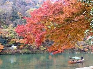 桂川と舟と紅葉
