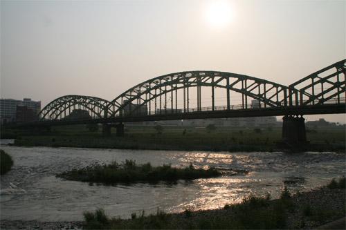 朝日が映る川面