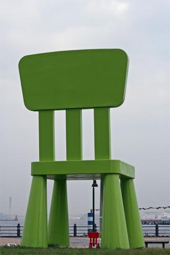 緑の巨人が座る椅子