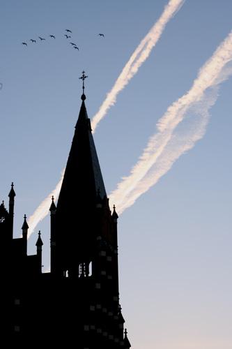 教会と飛行機雲