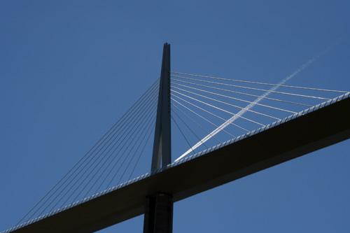 ミヨー大橋と飛行機雲