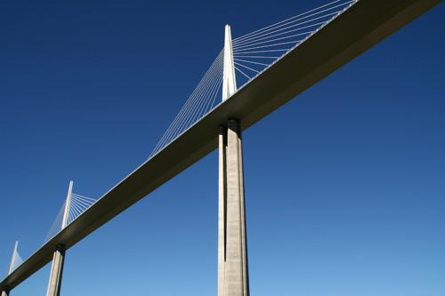 ミヨー大橋を見上げて