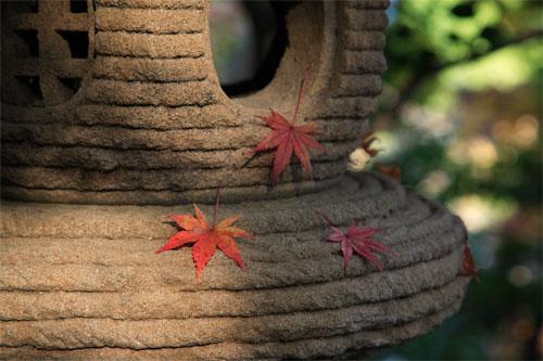 石灯籠に紅葉飾
