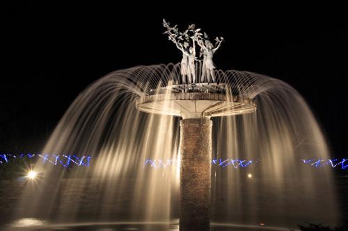 夜の公園、光の噴水