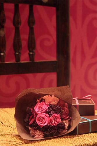 花束と椅子