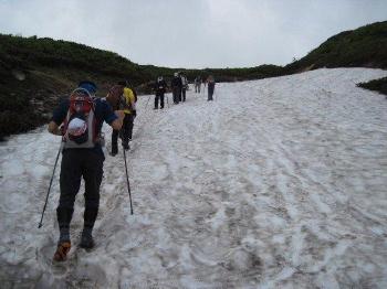 ⑤途中,雪渓を登ります