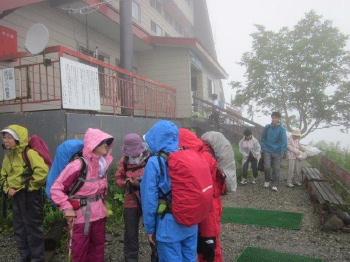 ②雨は次第に強くなりました。