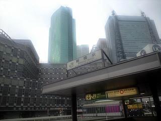 朝の新橋駅