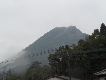 小雨に煙る英山(2011.03.06)