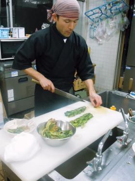 野沢菜切る