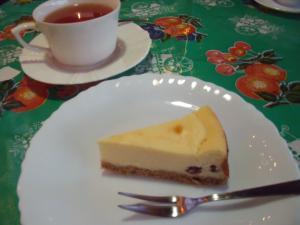 カフェのスウィーツ ラムレーズンチーズケーキ
