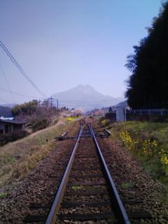 線路の先の由布岳