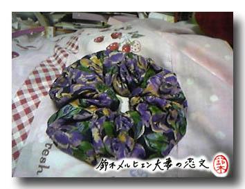 旦那作・パープル花柄布シュシュ。夏向けのシンプルデザインです。
