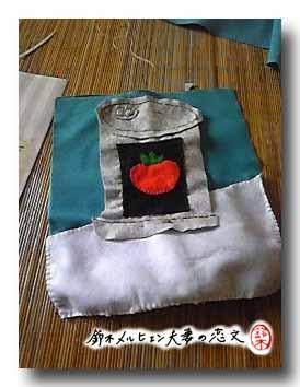 ドールのベッド用ブランケット作りかけ。ディズニーアニメのトマトスープ缶のポスターのデザインで。