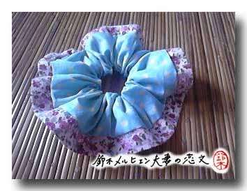 旦那作・水玉×小花柄の縁つきシュシュ。初めて作ったにしては上出来。