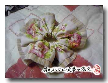 旦那作・ピンク花柄×しじら織りストライプ縁つきシュシュ。ピンクでも爽やかな色合い。