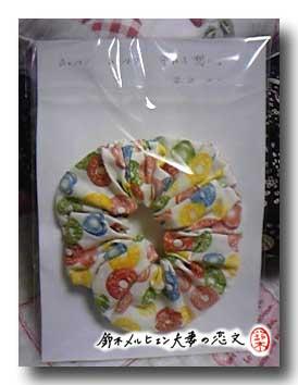 ドロップ柄シュシュをパッケージ詰め。贈り物ですが商品と同じ仕様に。裏面にはイラストつき。