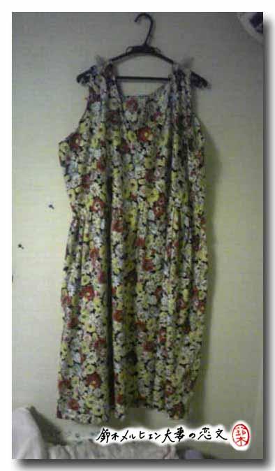 旦那作・黒花柄マキシワンピ。横幅が広いのでマキシに見えませんが嫁が着るとマキシ丈。
