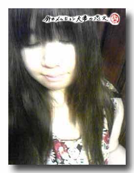 嫁実物・黒花柄マキシ丈ワンピ着用で写真。