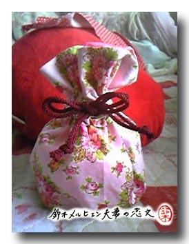 夫妻共同開発・ピンク花柄×ピンクサテンの巾着袋。嫁の計算間違いで少し紐が短い。