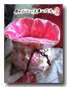 夫妻共同開発・ピンク花柄×ピンクサテンの巾着袋。内側はサテン生地でできています。
