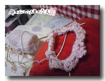 かぎ針編みにて。編みシュシュの二段目を編んでるところ。なかなか進まない・・・