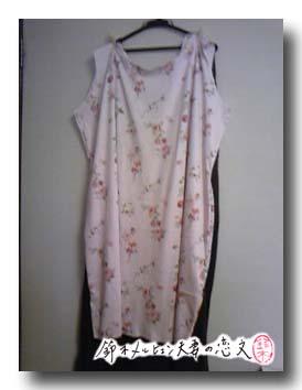 水玉+花柄ニットのジャンパースカート製作過程。以前作った焦茶のと長さを比べながら。