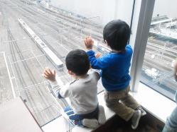 2歳児2人電車をみる