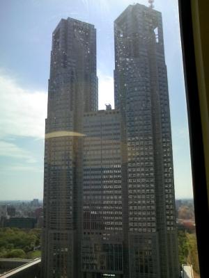 ホテルの窓から都庁を望む