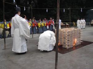 積まれた護摩木に火が入れられる。