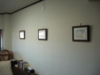 壁に絵を飾る