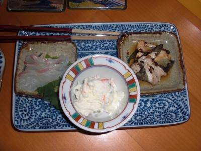 白身の刺身はうちで用意、右がふぐのとうとうみ、真ん中がポテトサラダ