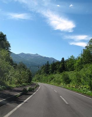 s-道と山と空、、、