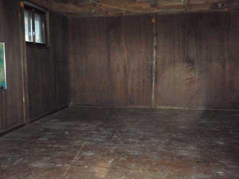 丸石避難小屋内部