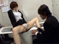 美しすぎる女上司にガニ股で誘惑されたら・・・