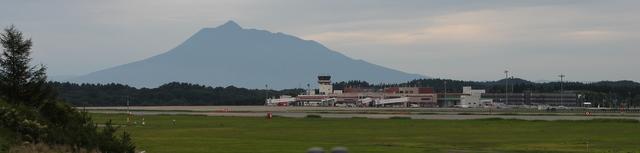 青森空港と岩木山