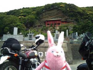 崖観音、バイク置き場から。