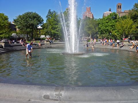 公園の噴水で遊ぶ人が!