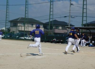 P9283394トップガレージ3回裏無死一、二塁から1番入江の右超え三塁打で二走木実,一走の松永が懸命に走り2点かえす