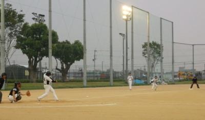 P93035322回表二死三塁から9番が右超え三塁打を放ち1点先制