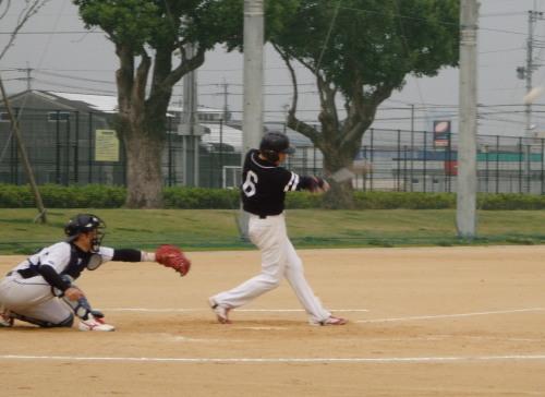 P9303547連チャンず最終回2死一、二塁から1番津田弟が右前打を放ち二塁から福山が巧走塁を見せホームイン