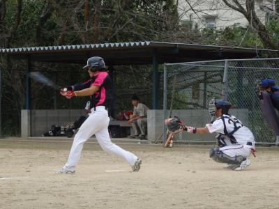 PA1240794回裏1死二、三塁から7番内山が左中間二塁打を放ち1点差とする