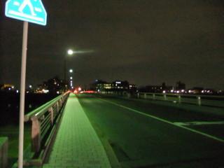 松尾橋と67系統(松尾橋を渡ってバス停へ)_01_2011-02-17