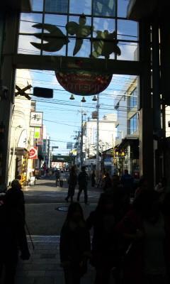 大手筋商店街と伏見桃山駅前の踏み切り_2010-12-04