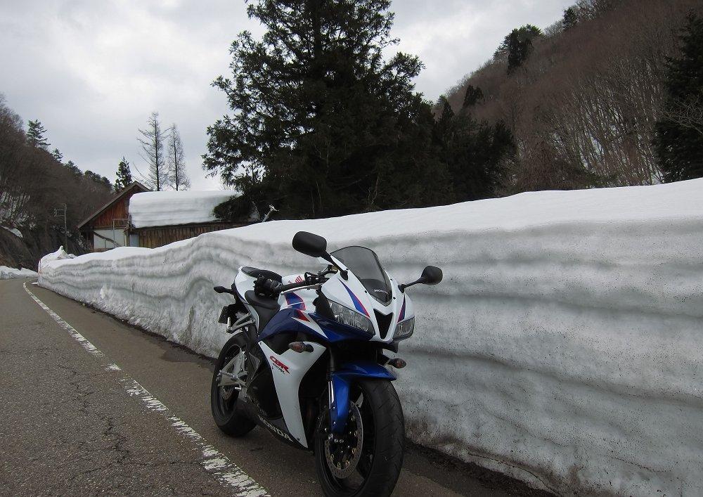 残雪の峠道