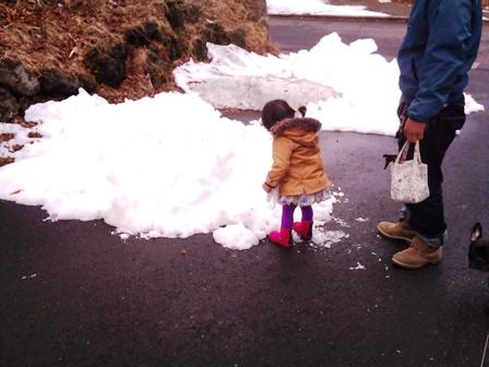雪を踏んで遊ぶお詩埜さん