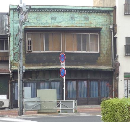 本郷4-9春日通沿看板建築②