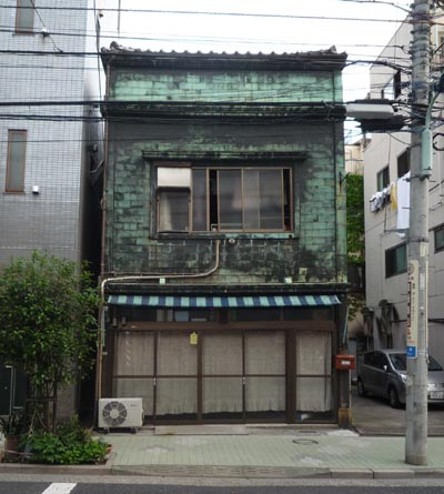 本郷2-24辺りの銅板葺建物①